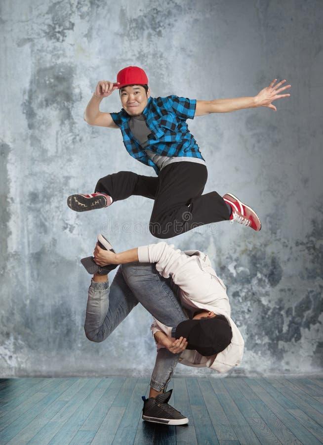 Zwei-mannbreakdance auf Wandhintergrund stockfotos