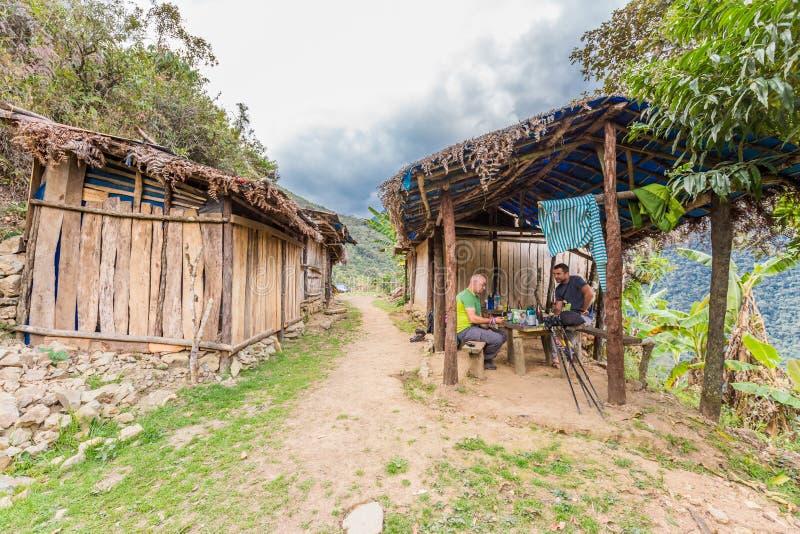 Zwei Mannfreunde, die Dschungelschutz, Bolivien-Wandern essend stillstehen lizenzfreies stockbild