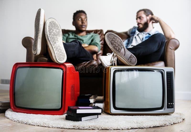 Zwei-mannsitzen und Retro- Fernsehen zwei stockbilder
