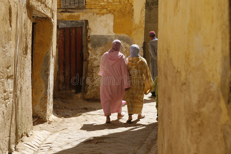 Zwei marokkanische Frauen in den djellabas lizenzfreie stockfotos