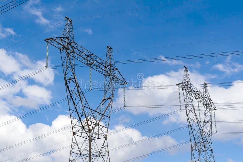Zwei Maste der Stromleitung stockfotos