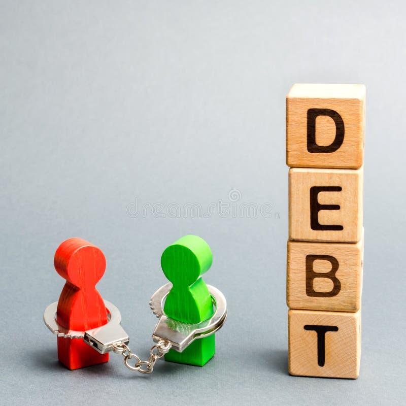 Zwei Menschen sind mit dem Wort Schulden an Handschellen gebunden Gläubiger und Schuldner Finanzielle Sklaverei Unzugesicherte Zu stockfotografie