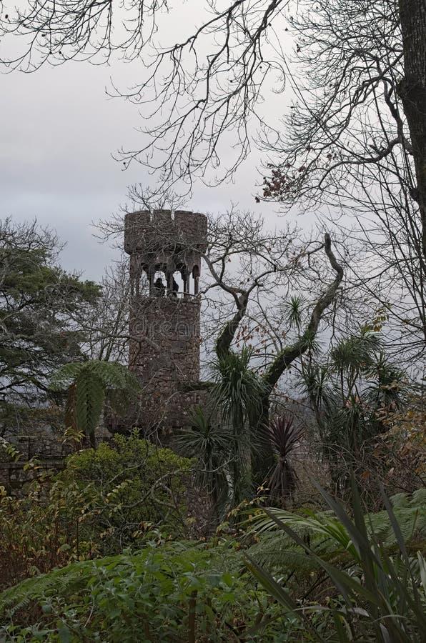 Zwei menschliche Figuren werden im Steinturm gesehen Quinta da Regaleira, Sintra, Portugal lizenzfreies stockfoto