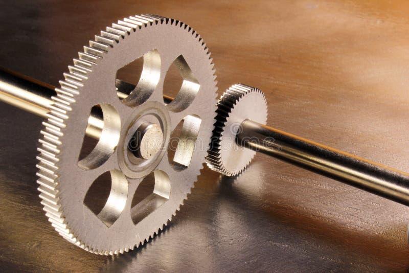 Zwei Metallgezahnte Räder auf Stahlhintergrund stockfoto