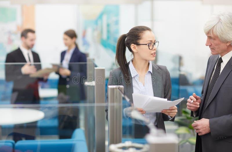 Zwei Mitarbeiter, die Ideen besprechen stockfotos