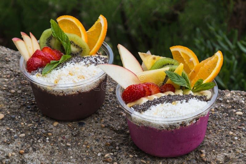 Zwei Mitnehmer-acai Schüsseln mit frischer Frucht stockbilder