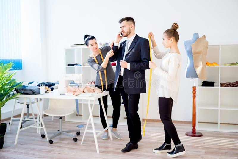 Zwei Modedesigner stockfotos