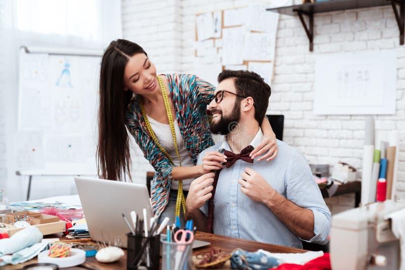 Zwei Modedesigner, die auf Fliege versuchen lizenzfreies stockfoto