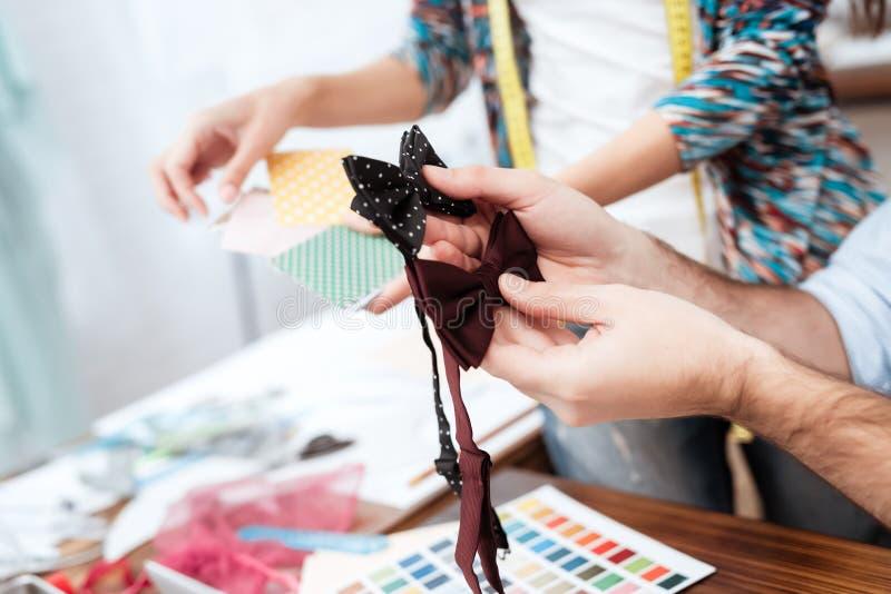 Zwei Modedesigner, die Fliegen betrachten lizenzfreies stockfoto