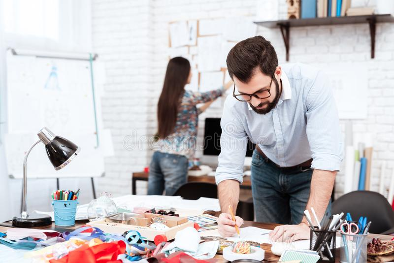 Zwei Modedesigner, die mit Bleistift zeichnen stockbilder