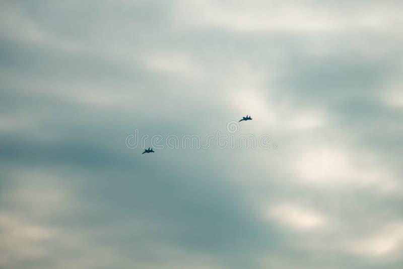 Zwei moderne Kampfflugzeuge, die in Bildung fliegen stockfotografie