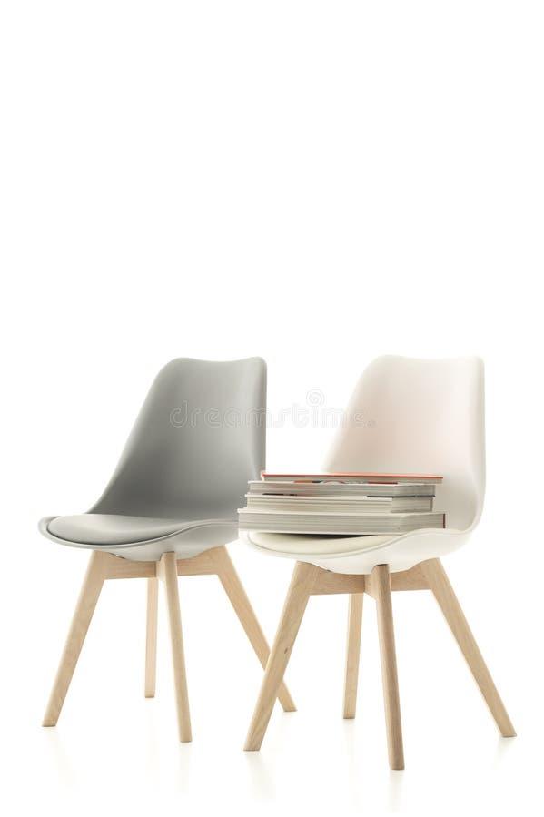 Moderne Stühle zwei moderne stühle mit einem stapel büchern stockbild bild