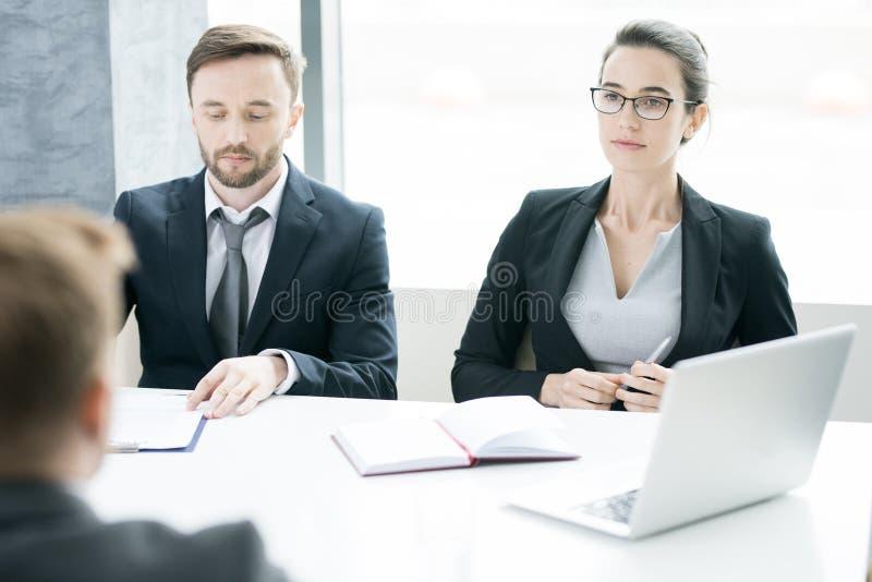 Zwei moderne Unternehmer in den Verhandlungen stockfotos