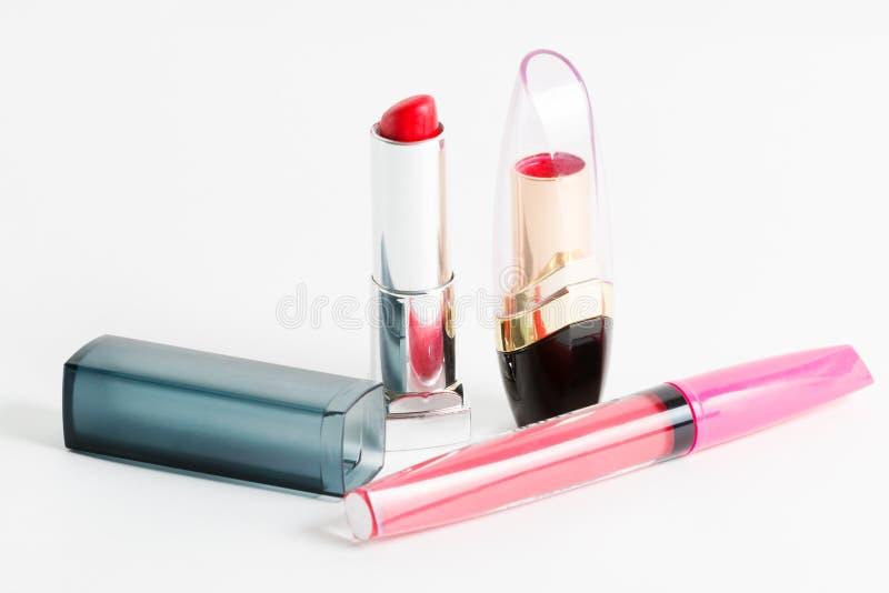 Zwei modische rote Lippenstifte und modernes rosa Lipgloss lizenzfreie stockfotografie