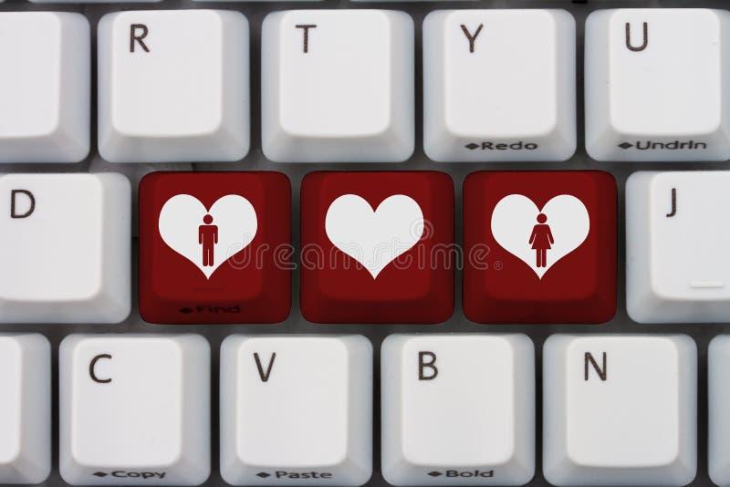 Zwei Mouses werden dem roten Liebes-Herzen in Weiß lokalisiertem Hintergrund angeschlossen stockfotografie