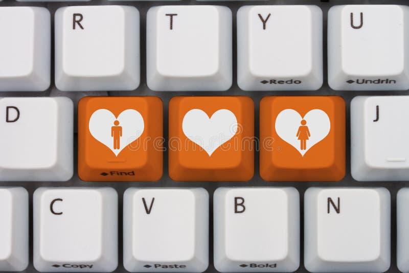 Zwei Mouses werden dem roten Liebes-Herzen in Weiß lokalisiertem Hintergrund angeschlossen stockbilder