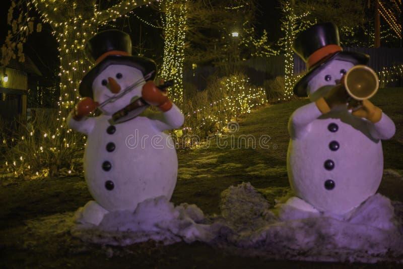 Zwei Musical Snowmen unterhalten Zuschauer stockbild