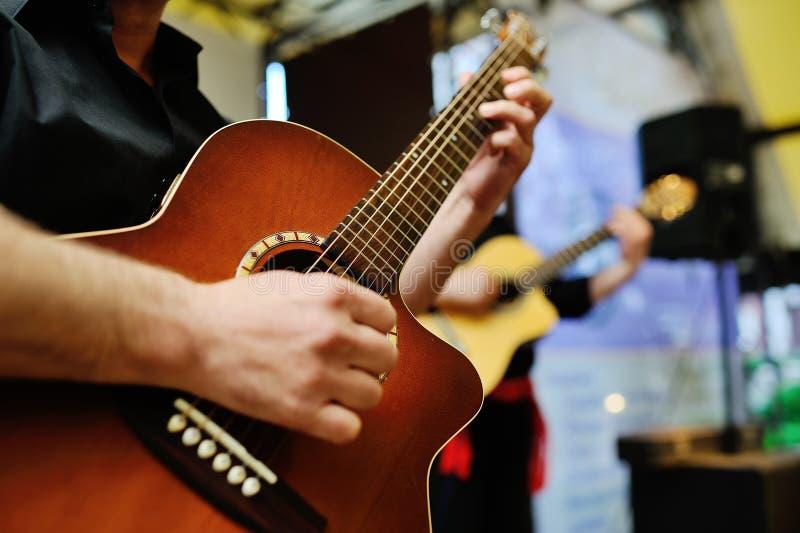 Zwei Musiker, die Gitarren spielen lizenzfreie stockbilder