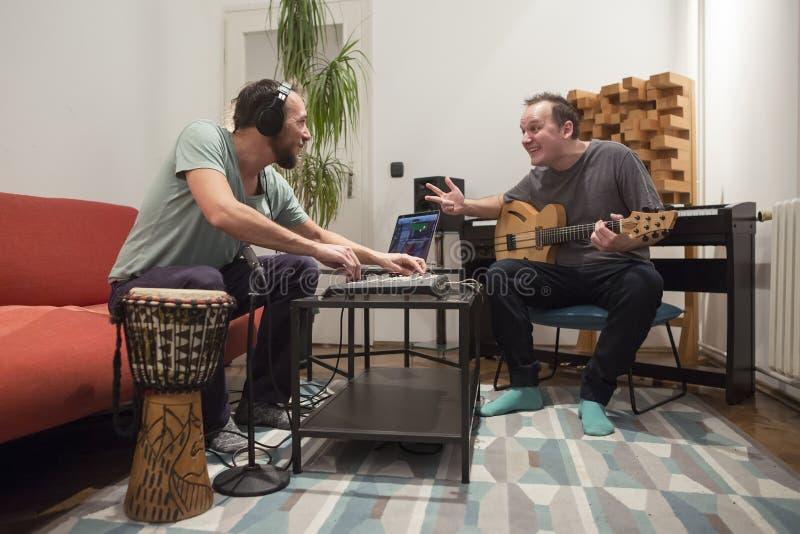Zwei Musiker, die Instrumente im Hauptmusikstudio spielen stockfoto