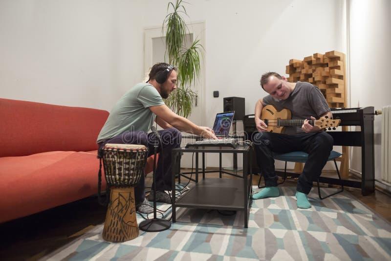 Zwei Musiker, die Instrumente im Hauptmusikstudio spielen lizenzfreie stockfotografie