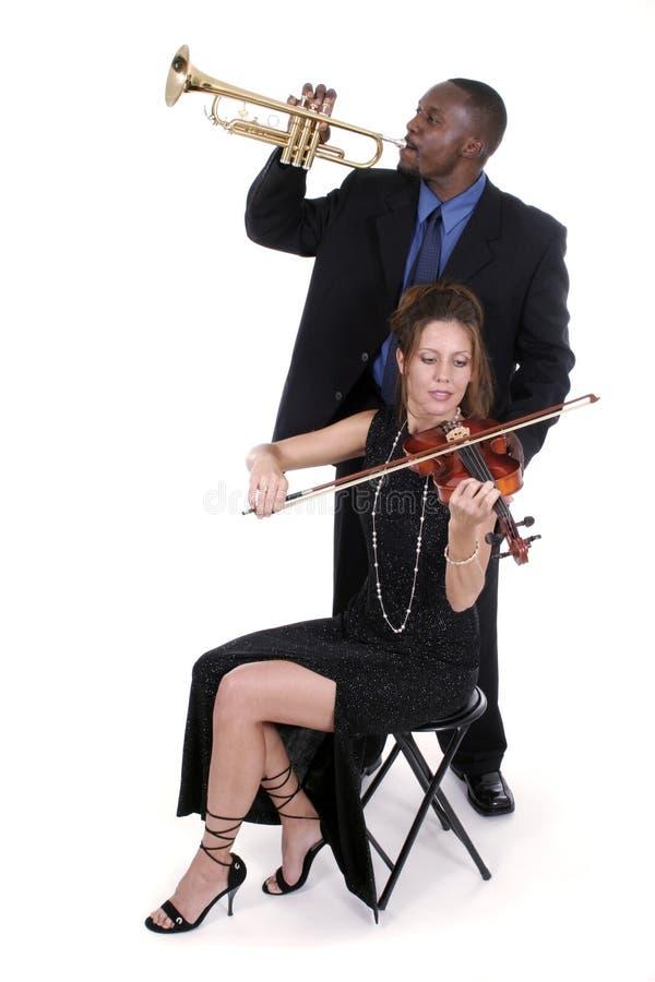 Zwei Musiker, die oben für ein Konzert 2 justieren lizenzfreies stockbild