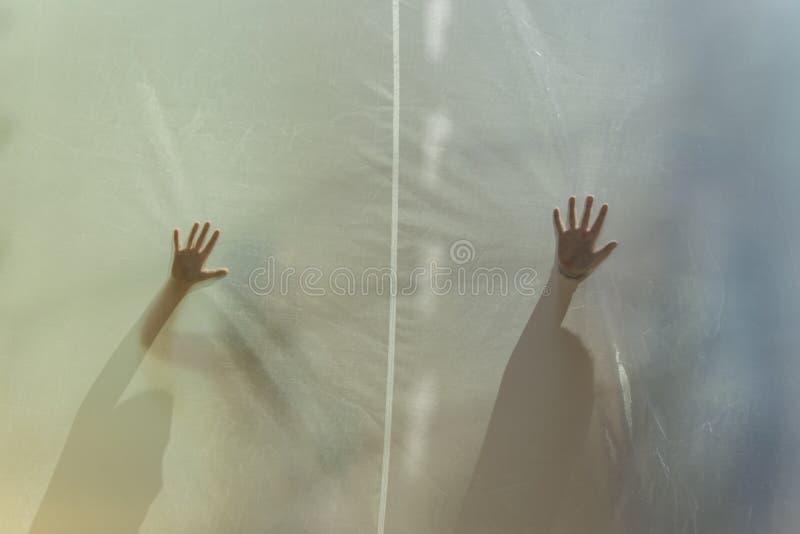 Zwei mysteriöse Hände hinter Material stockbilder