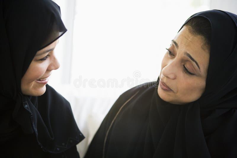 Zwei nahöstliche Frauen, die zusammen sprechen stockbild