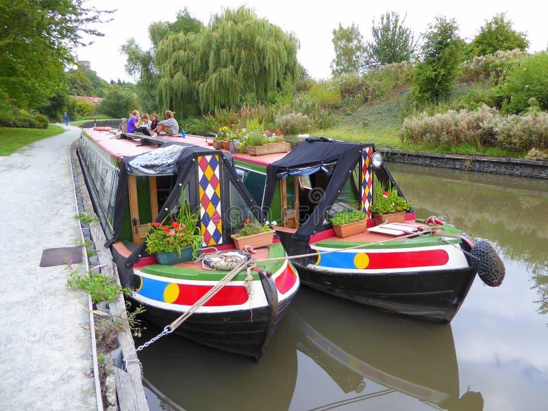 Zwei narrowboats nebeneinander festgemacht lizenzfreies stockbild