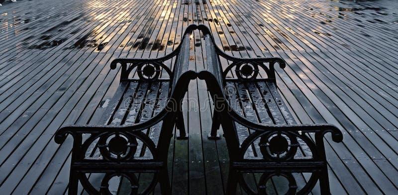 Zwei nasse Bänke auf Cromer-Pier