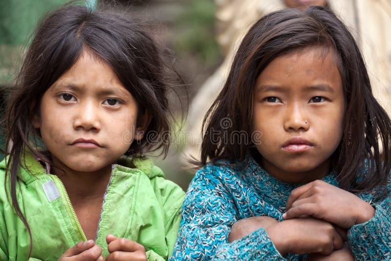 Zwei nepalesische kleine Mädchen lizenzfreie stockfotos