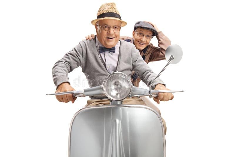 Zwei nette ältere Männer, die einen Roller reiten lizenzfreie stockfotografie