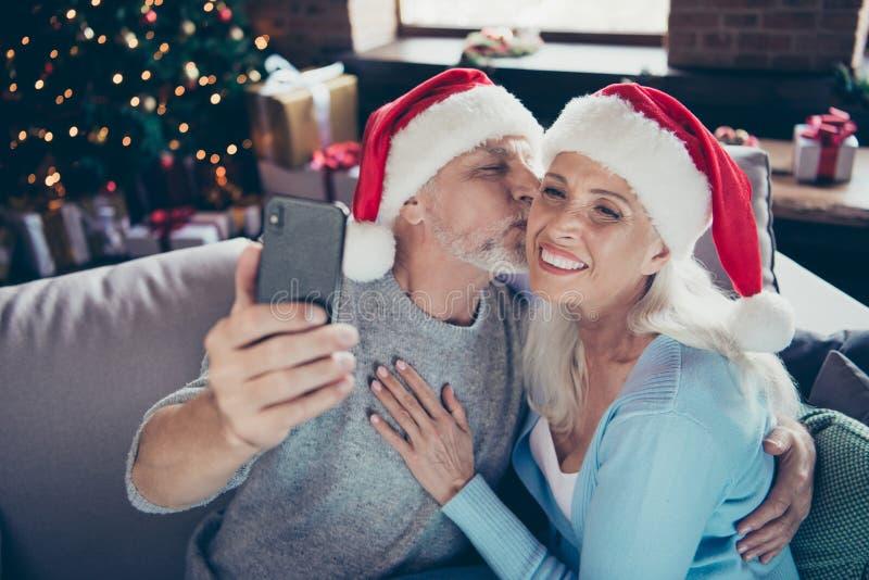 Zwei nette frohe begeisterte süße zarte reife ältere Personen heirateten lizenzfreie stockfotos