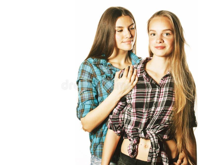 Zwei nette Jugendliche, die den Spa? zusammen lokalisiert auf Wei? haben stockfotos