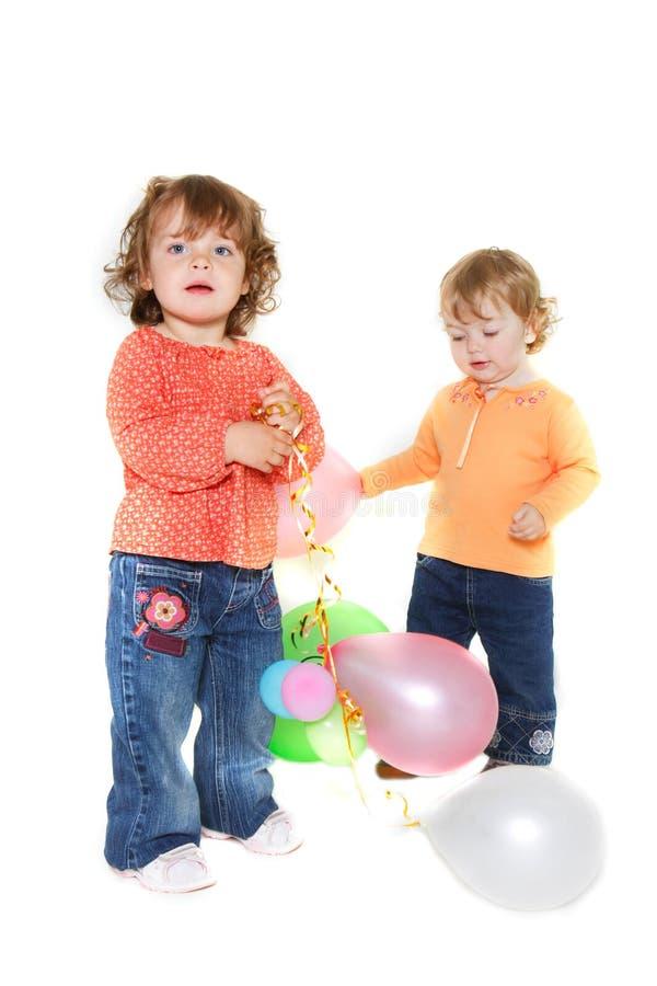 Zwei nette Kleinkindmädchen mit Ballonen lizenzfreies stockfoto