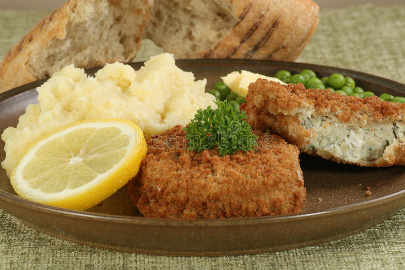 Zwei neue Kabeljau fishcakes stockbilder