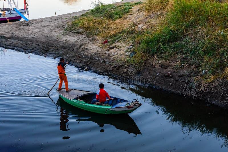 Zwei nubian Jungen in einem Fischerboot auf dem Nil in Luxor, Ägypten lizenzfreie stockbilder