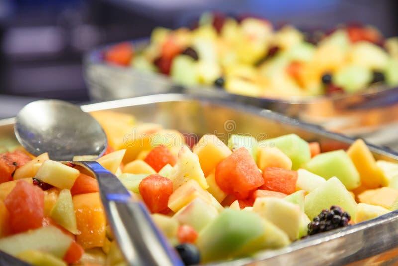Zwei Obstschalen auf einem Buffet stockbilder