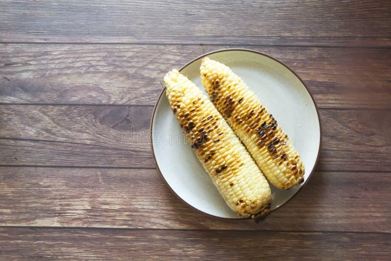Zwei Ohren gebratener Mais stockbilder