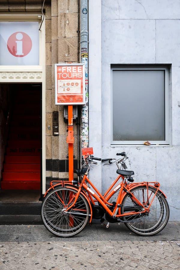 Zwei orange Mietfahrräder in Amsterdam lizenzfreies stockfoto