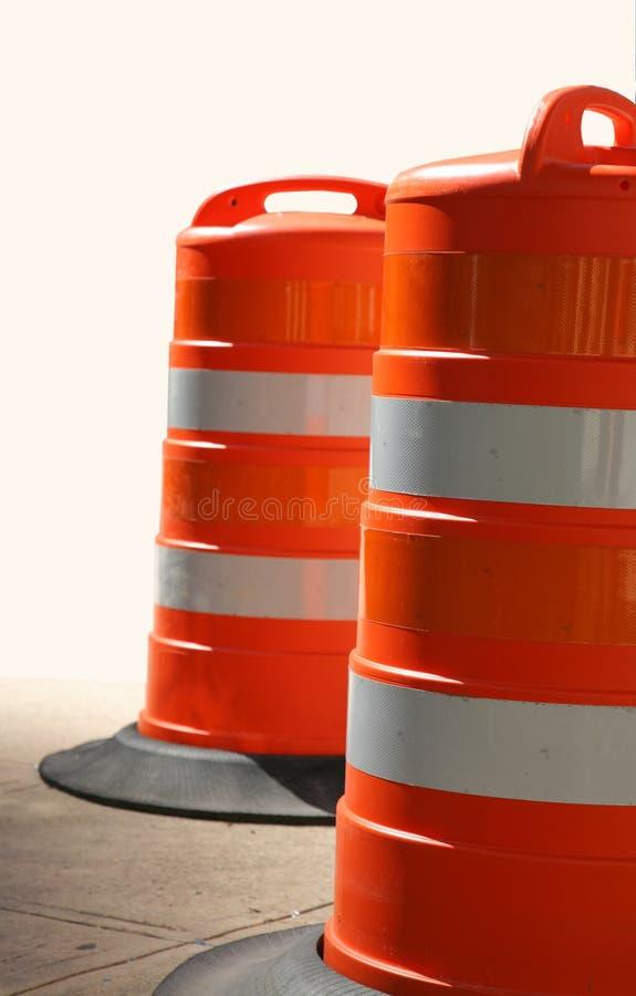 Zwei orange Verkehrs-Fässer lizenzfreie stockfotografie