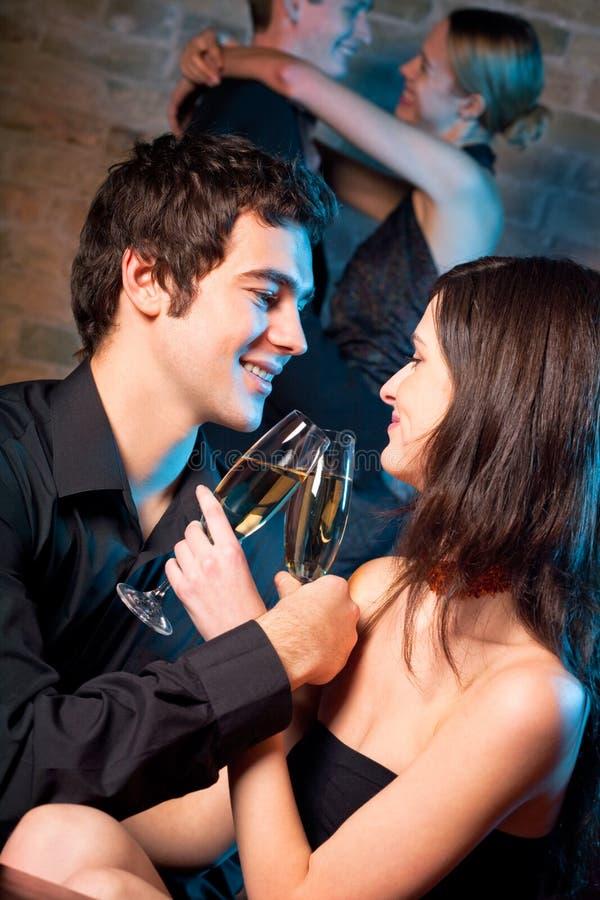 Zwei Paare an der Gaststätte lizenzfreies stockfoto