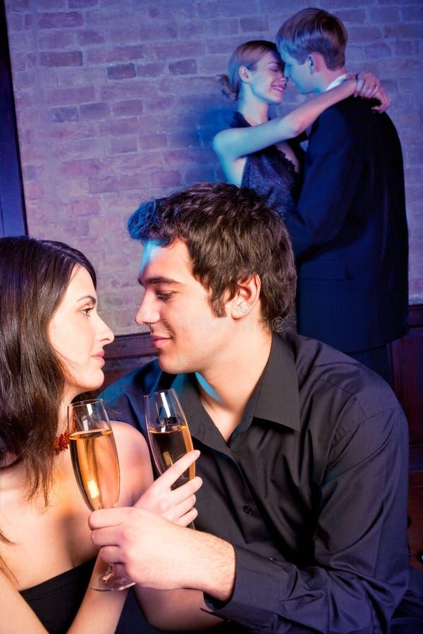 Zwei Paare an der Gaststätte lizenzfreie stockfotografie