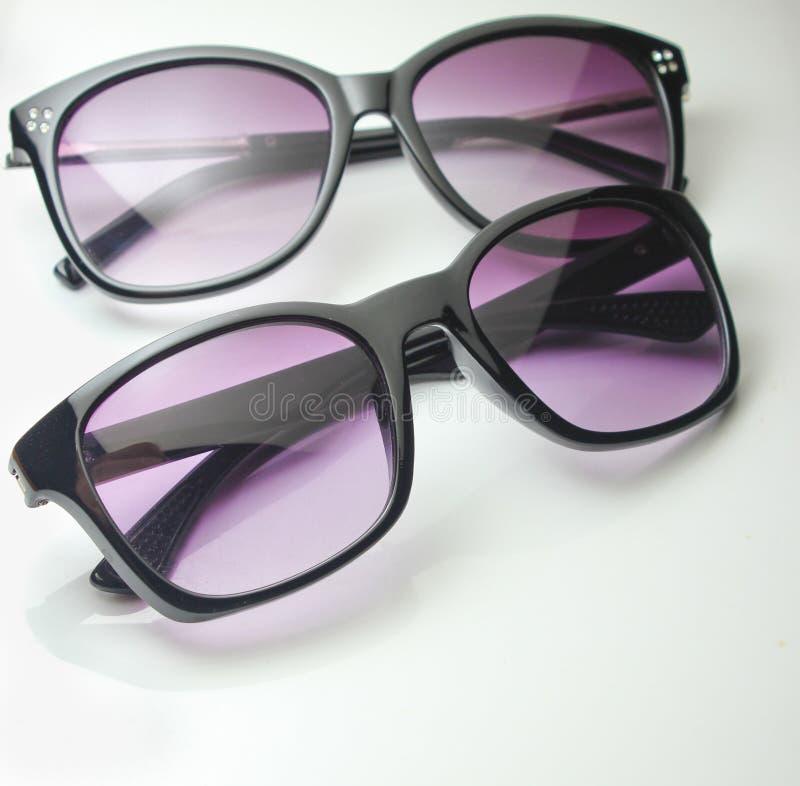 Zwei Paare der Sonnenbrillenahaufnahme lizenzfreies stockbild