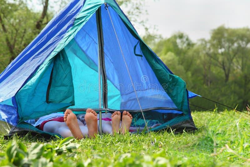 Zwei Paare Fahrwerkbeine haften heraus vom Zelt lizenzfreies stockbild