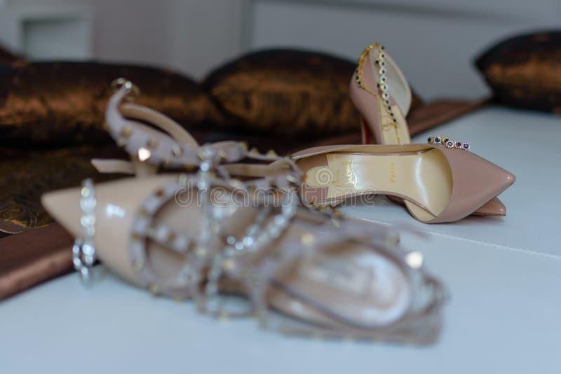 Zwei Paare Schuhe des hohen Absatzes stockfotografie