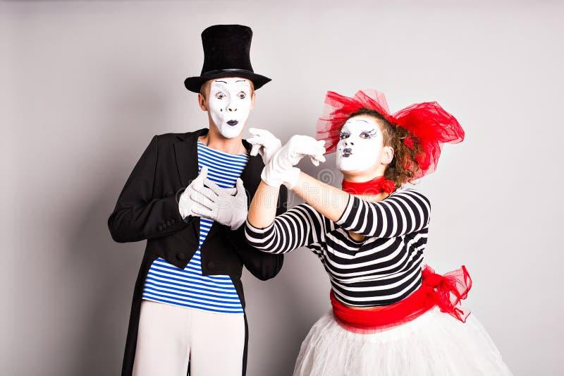 Download Zwei Pantomimen Mann Und Frau Das Konzept Des Valentinstags, Der  Tag Des Aprilscherzes Stockfoto