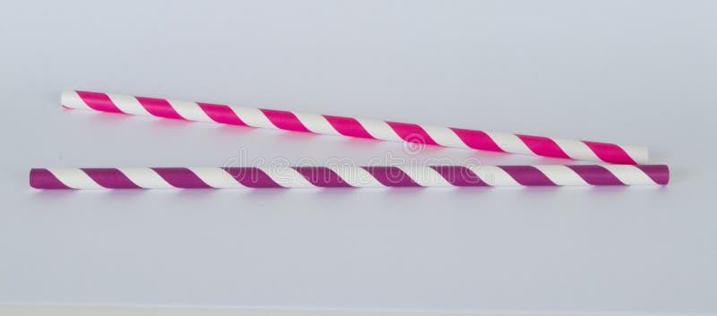 Zwei Papierstrohe in einem horizontalen Format auf einem weißen Hintergrund stockbild