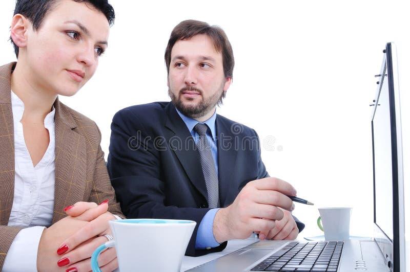 Zwei Personen im Büro auf Laptop stockfoto
