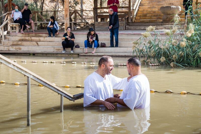 Zwei Pilger machen einen Eid während der Zeremonie der Taufe auf dem Tauf- Standort von Jesus Christ- - Qasr-EL Yahud in Israel stockbilder