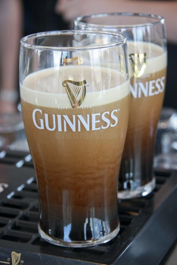 Zwei Pints Bier gedient an der Guinness-Brauerei lizenzfreies stockbild